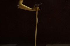 刘丽芬《执谁之手》 装置 材料:拐杖,香料,蘑菇,模特,摇椅,2010年,TCG诺地卡文化中心
